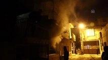 İki katlı evde çıkan yangında bir kişi dumandan etkilendi