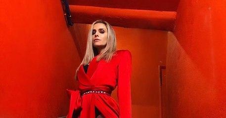 Clara Morgane dévoile son intimité sous une robe fendue