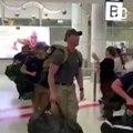 Incendies en Australie: Des pompiers américains envoyés en renfort acclamés à l'aéroport