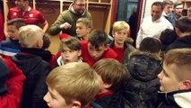Football RAQM . Les jeunes du club ont rejoint les joueurs après la victoire dans le vestiaire. Vidéo Eric Ghislain