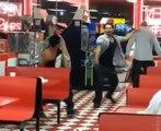 Ce gars lâche une gifle WTF pendant une bagarre dans un restaurant !