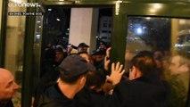 Χίος: «Όχι» του δημοτικού συμβουλίου σε κλειστή δομή για μετανάστες - Ένταση με Μηταράκη