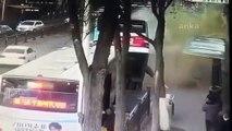 Çin'de yolcu otobüsü durakta yolcuları aldığı sırada yol çöktü