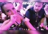 Un DJ voit sa musique interrompue en pleine fête par la poitrine d'une fille !