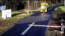 Un camion ne peut pas s'arrêter à un passage à niveau et se fait percuter par un train !