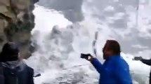 Une avalanche glissant sur une route de l'Himachal Pradesh alors que les touristes se précipitent vers la sécurité.