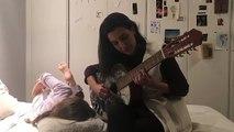 Rocío Monasterio tocando la guitarra en Instagram