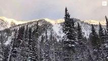 Graban una impresionante avalanche de nieve que cubre una carretera en EE.UU
