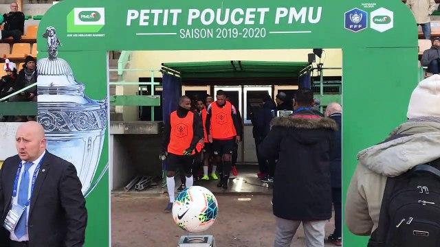 Football (Coupe de France) : le soleil fait son apparition au moment de l'entrée des joueurs de la JS Saint-Pierroise sur la pelouse d'Epinal pour l'échauffement