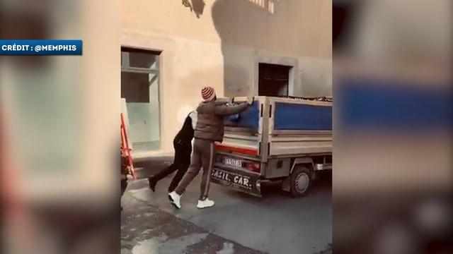 Memphis Depay aide un automobiliste en panne