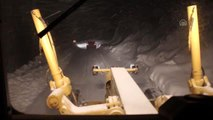 Bursa'da yoğun kar yağışında mahsur kalan otomobil sürücüsünü belediye ekipleri kurtardı