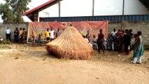 Bénin  : Vodoun Zangbéto devant une église évangélique à Calavi