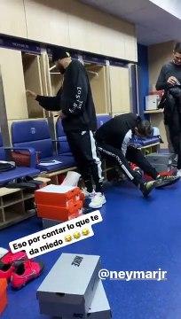 La réaction de Neymar quand les joueurs du PSG lui mettent un faux serpent dans son casier