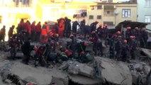 Elazığ merkez Mustafa Paşa Mahallesi'nde enkaz altından 13 saat sonra bir kişi sağ çıkarıldı