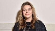 Louane enceinte - la chanteuse de 23 ans dévoile son baby bump au dernier défilé de...
