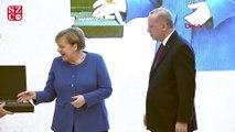 Erdoğan, Merkel'e sırçalı saray aynası ile miğfer hediye etti