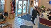 Un homme trouve 27 000 dollars devant une banque et entre à l'intérieur pour les rendre