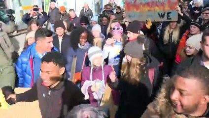 Greta Thunberg et de jeunes militants participent à une marche pour le climat à Davos