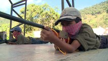 أطفال مكسيكيون يتدربون على استخدام الاسلحة لمواجهة عصابات المخدرات