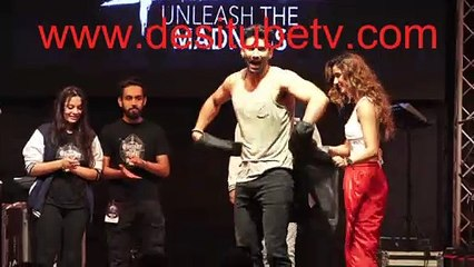 Malang hot bod Aditya Roy Kapoor removes his shirt to show his much toned muscles at NM College Promotion and the girls cheer and drool