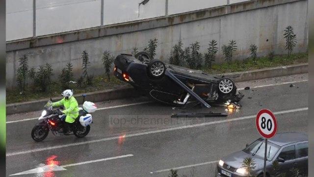 """Makina përfundon përmbys në rrugë/ Aksident tek """"Unaza e madhe"""""""
