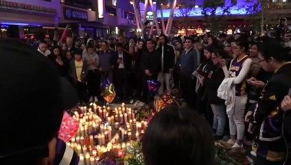 Aficionados homenajean a Kobe Bryant en Los Ángeles