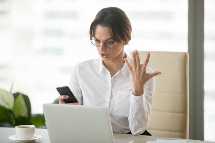 Büroangestellte fluchen 55 Mal pro Woche