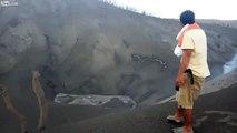 Il se balade dans le cratère d'un volcan en activité en claquettes !