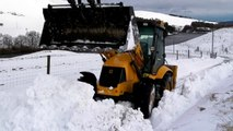JCB clearing snow | See how JCB digs in the middle of the snow and how it makes its way through the snow. ||