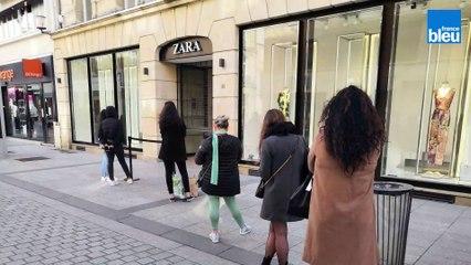 La file d'attente devant les magasins de Caen