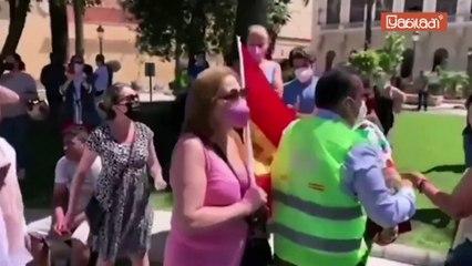 إسبانيا: انصار حزب فوكس اليميني المتطرف يتظاهرون وتدخل الشرطة بعد اعتدائهم على مسلمين
