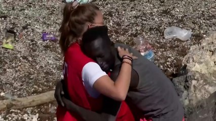 Ceuta : une bénévole de la Croix-Rouge réconforte un migrant