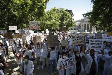 """Cientos de MIR se manifiestan contra Carolina Darias en el ministerio de Sanidad: """"Menos aplaudir y mas derechos para elegir"""""""