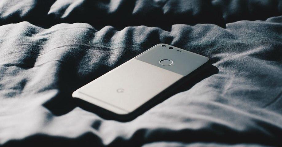 Vous laissez charger votre smartphone sur le lit ou le canapé : grosse erreur
