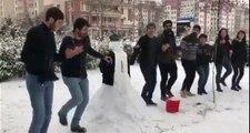 Diyarbakır'da bir grup vatandaş türkü eşliğinde kardan adamla halay çekti