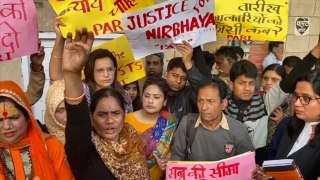 Nirbhaya's mother protests outside Patiala House courts