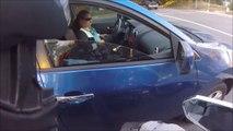 Un motard donne une bonne leçon à une conductrice qui a jeté son mégot par la fenetre