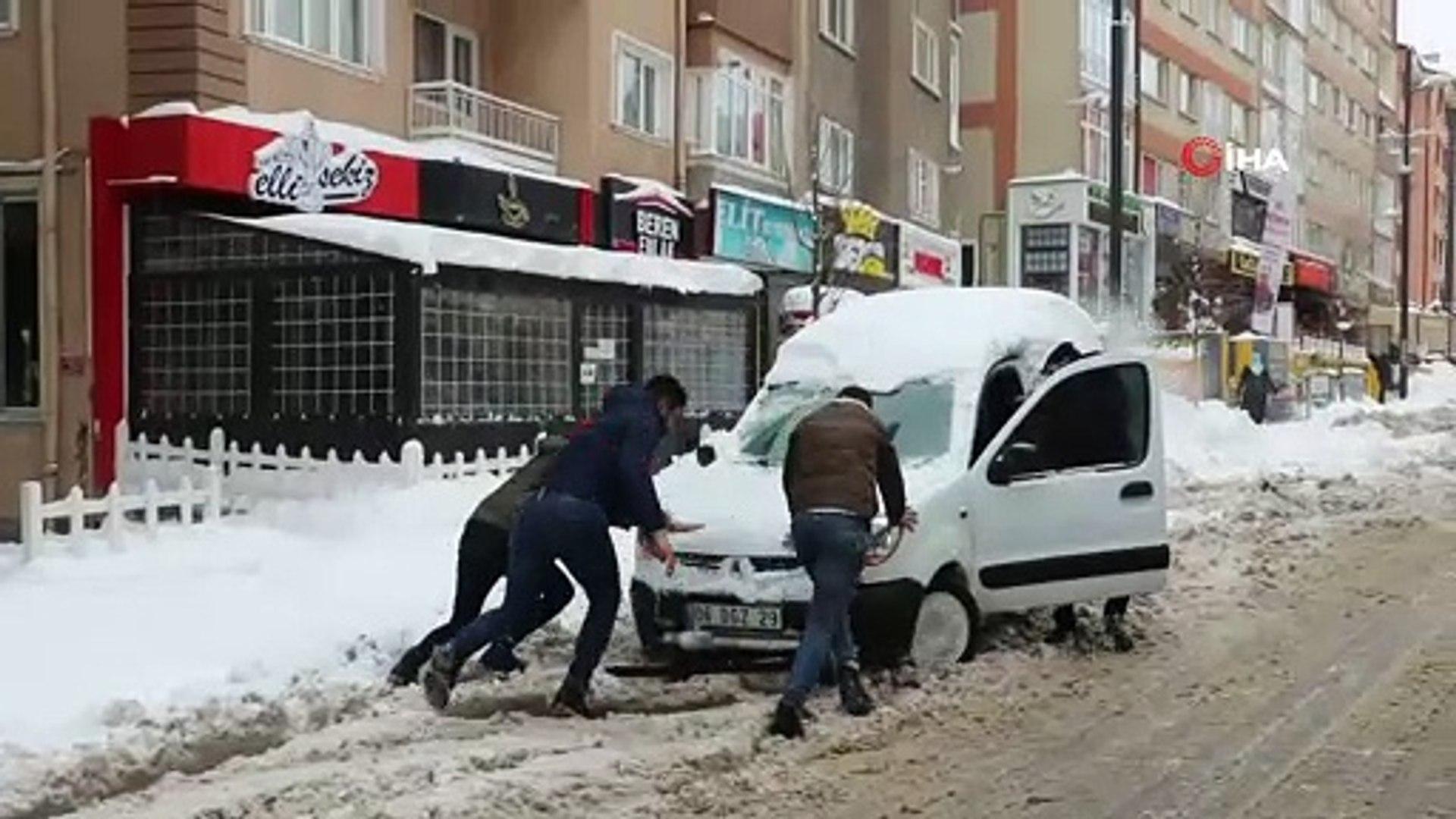 Eksi 17 derecede araçlar karda kayboldu, Kızılırmak dondu