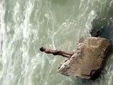 Un jeune indien plonge dans une rivière déchaînée... courageux