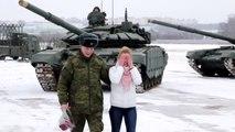 """ضابط روسي يطلب حبيبته للزواج مع دبابات على """"شكل قلب"""""""