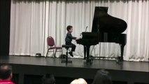 Un jeune pianiste vraiment très timide... et tellement drôle