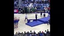 Dunk d'une mascotte de la ligne des 3 points ! Basketball