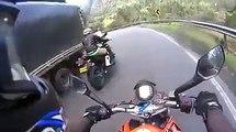 Regardez qui réussit à doubler ces 2 motards dans une descente... Dingue