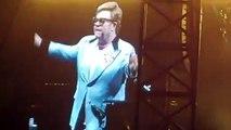 """Elton John, en larmes, interrompt son concert cet après-midi en Australie et révèle être atteint d'une pneumonie : """"Je suis déçu, profondément en colère et désolé. J'ai tout donné"""""""