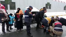Otomobil elektrik direğine çarptı: 5 yaralı - VAN