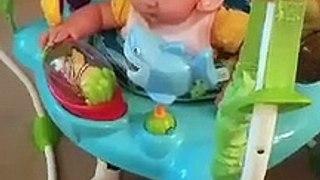 Bébé se fait lécher le visage par un chien.. sa réaction est hilarante !