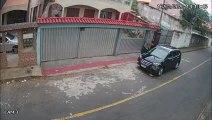 Homens saem de carro onde corpo foi encontrado em Vitória