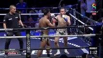 Un arbitre amortit la chute d'un boxeur KO