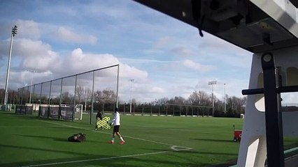 محرز يداعب الكرة على طريقة مارادونا