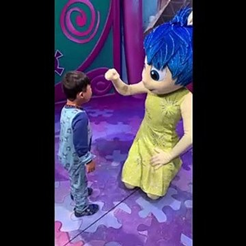 Heartwarming sign-language meeting between deaf boy and Disney World performer